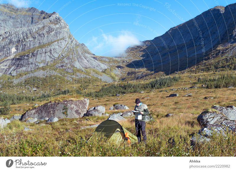 Junger Mann mit Karte vor Zelt und Bergpanorama Natur Ferien & Urlaub & Reisen Jugendliche Landschaft Berge u. Gebirge Felsen Zufriedenheit wandern authentisch