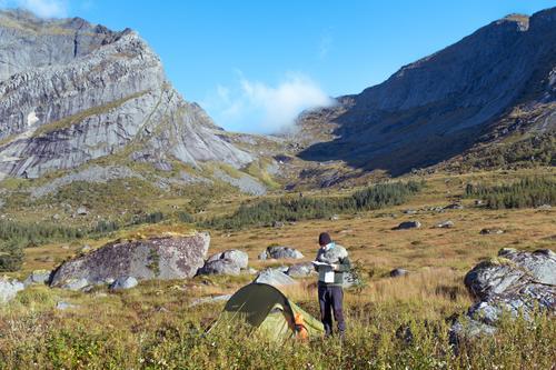 Junger Mann mit Karte vor Zelt und Bergpanorama Ferien & Urlaub & Reisen Abenteuer Berge u. Gebirge wandern Jugendliche Landschaft Schönes Wetter Felsen Gipfel