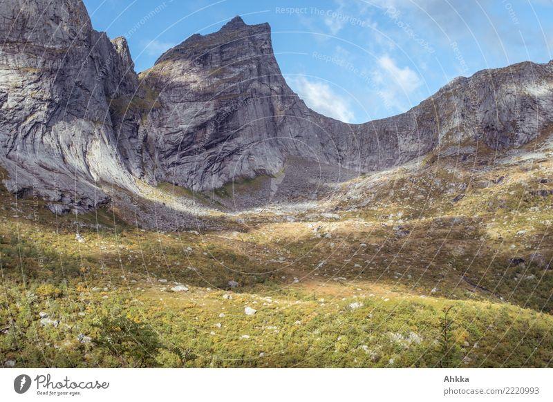 Massiver Felshang mit Lichtspiel, Lofoten Himmel Natur ruhig Felsen wild leuchten Wachstum Abenteuer Perspektive fantastisch einzigartig Klima