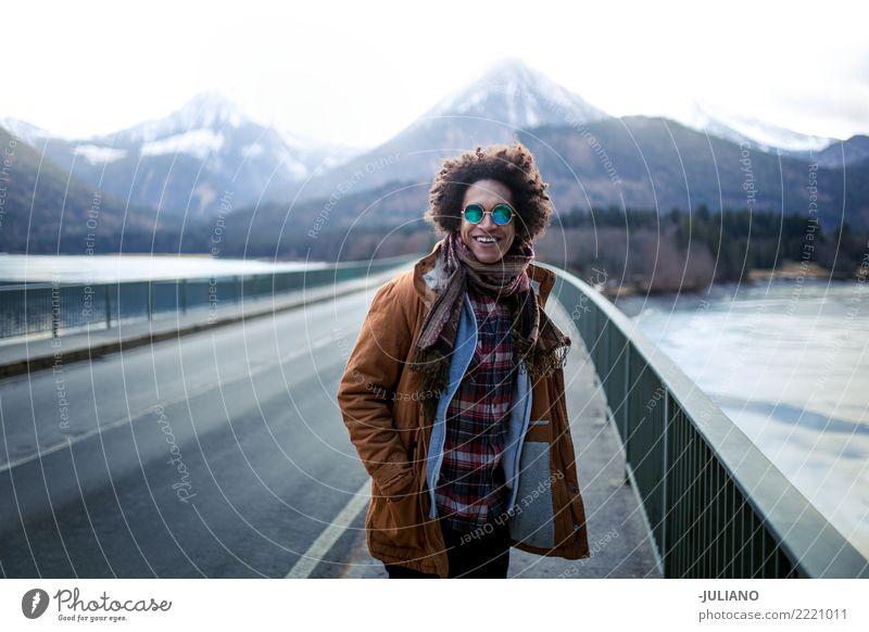 junger Mann hat schöne Zeit mit Blick auf die Berge Weihnachten & Advent Winter Lifestyle Schnee Bekleidung Fotografie Richtung Sonnenbrille reisend Hipster
