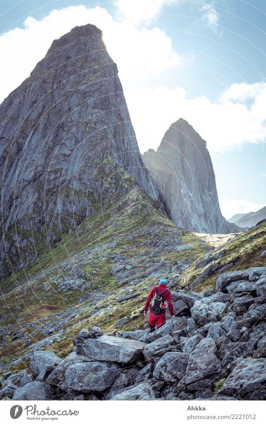 Wanderer an einem Geröllhang, gewaltige Gipfel, Lofoten Ferien & Urlaub & Reisen Junger Mann Jugendliche Urelemente Himmel Felsen Norwegen Stein fantastisch