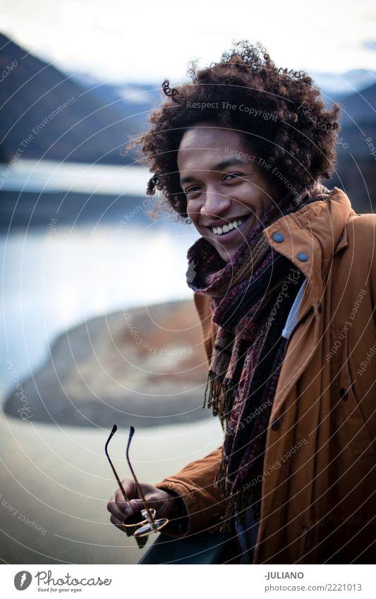 Junge Männer hat schöne Zeit mit Blick auf die Berge Ferien & Urlaub & Reisen Weihnachten & Advent Winter Reisefotografie Lifestyle Schnee Bekleidung Fotografie