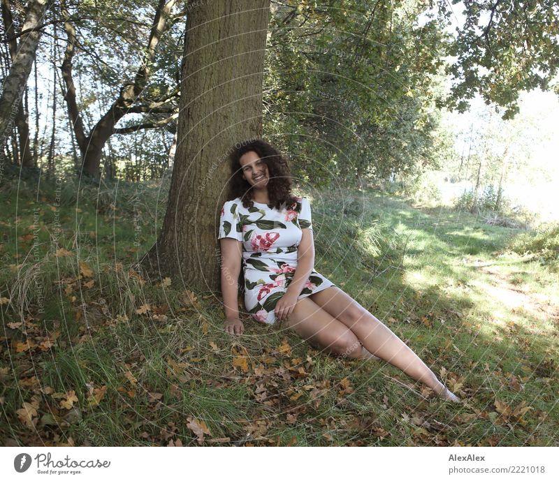 Am See mit Flora Freude schön Leben harmonisch Ausflug Junge Frau Jugendliche Beine 18-30 Jahre Erwachsene Natur Schönes Wetter Baum Wald Seeufer Kleid Barfuß