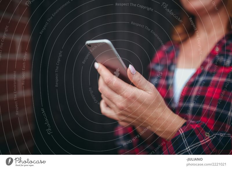 Abschluss oben der fälligen Frauenhände, die Smartphone halten Landwirt Kommunizieren Mitteilung Cowgirl fokussieren Reife Erwachsene Reife Frau Handy