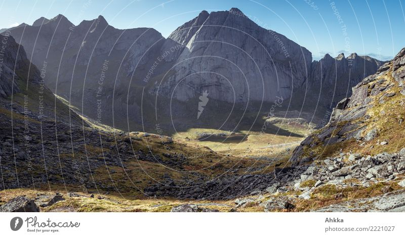Horseidvika, Lofoten, Berglandschaft, Tal, Gipfel, Sonnenlicht Natur Landschaft Einsamkeit Berge u. Gebirge Stimmung wild leuchten Perspektive Abenteuer