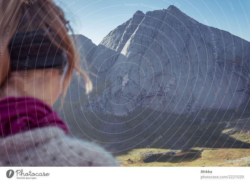 Junge Frau, Rückansicht, Skandinavien, Berg, Gegenlicht Natur Ferien & Urlaub & Reisen Jugendliche Landschaft ruhig Berge u. Gebirge Ausflug wandern authentisch