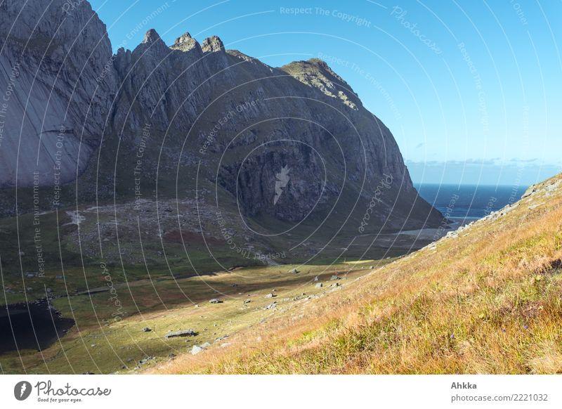 Horseidvika, Bucht im Sonnenlicht, Lofoten, Bergmassiv, Ozean Ausflug Abenteuer Ferne Landschaft Urelemente Schönes Wetter Berge u. Gebirge Schlucht Küste Meer