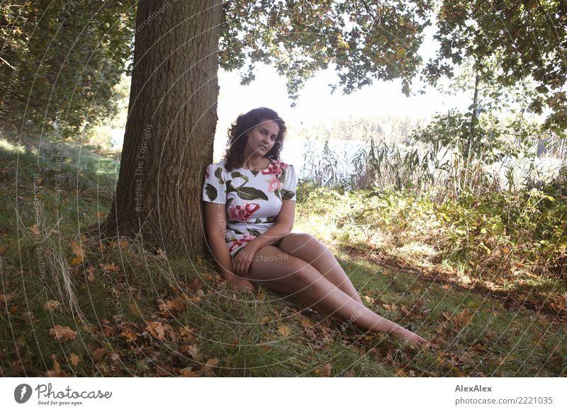 Flora schön Wellness Wohlgefühl Sommerurlaub Junge Frau Jugendliche Beine 18-30 Jahre Erwachsene Natur Landschaft Schönes Wetter Wiese Seeufer Kleid Barfuß