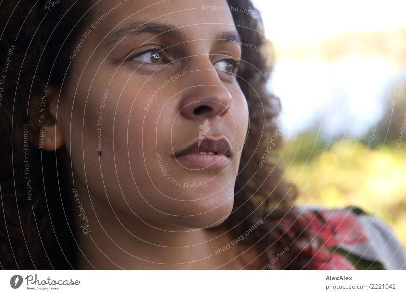 Portrait schön Junge Frau Jugendliche Gesicht 18-30 Jahre Erwachsene Sommer Herbst Schönes Wetter brünett langhaarig Locken Blick warten ästhetisch authentisch