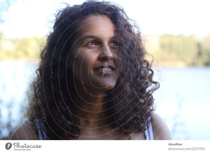 Portrait schön Leben Zufriedenheit Junge Frau Jugendliche 18-30 Jahre Erwachsene Landschaft Sommer Schönes Wetter Seeufer schwarzhaarig langhaarig Locken