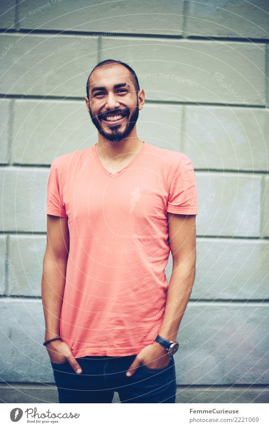 Urban young man (25) Lifestyle Stil maskulin Junger Mann Jugendliche Erwachsene 1 Mensch 18-30 Jahre Mode Freizeit & Hobby modern Stadtleben T-Shirt Jeanshose