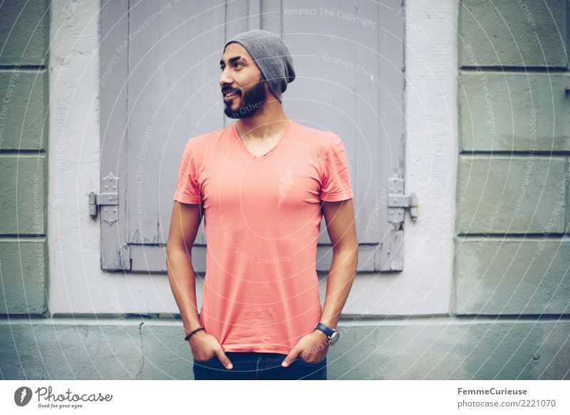 Urban young man (84) maskulin Junger Mann Jugendliche Erwachsene 1 Mensch 18-30 Jahre Mode Bekleidung Freizeit & Hobby Stadt T-Shirt Jeanshose rot Mütze Bart