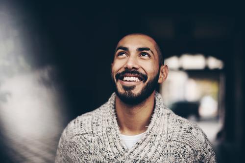 Urban young man (30) Lifestyle Stil maskulin Junger Mann Jugendliche Erwachsene 1 Mensch 18-30 Jahre Mode Stadt Wollpullover Bart dunkelhaarig Lächeln lachen