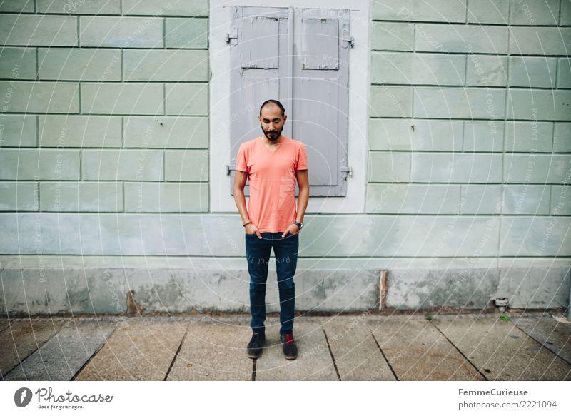 Urban young man (20) maskulin Junger Mann Jugendliche Erwachsene 1 Mensch 18-30 Jahre Mode Stadt Bart dunkelhaarig Blick nach unten Jeanshose lässig sportlich