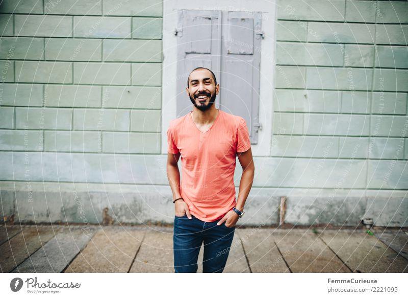Urban young man (04) Lifestyle Stil maskulin Junger Mann Jugendliche Erwachsene 1 Mensch 18-30 Jahre Mode Stadt Jeanshose T-Shirt rot Lächeln lachen Stadtleben