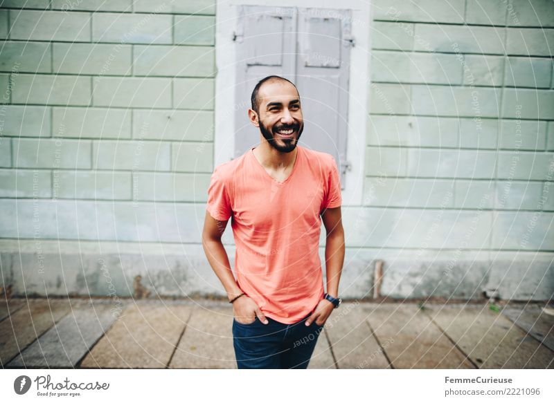 Urban young man (90) maskulin Junger Mann Jugendliche Erwachsene 1 Mensch 18-30 Jahre Mode Bekleidung Freizeit & Hobby Stadt Aktion Spaziergang T-Shirt rot