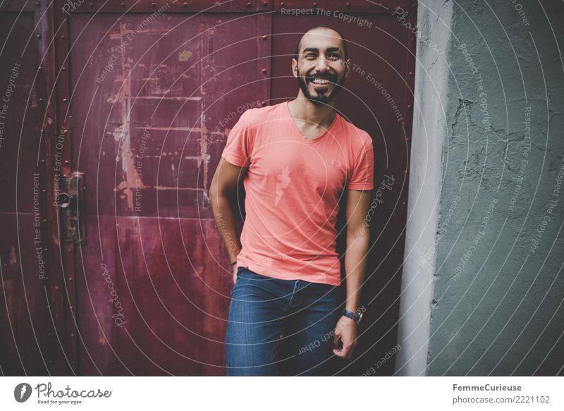 Urban young man (92) maskulin Junger Mann Jugendliche Erwachsene 1 Mensch 18-30 Jahre Mode Bekleidung Freizeit & Hobby Stadt lässig T-Shirt rot Jeanshose