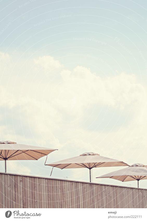 Schirmchen Himmel Sommer Wolken Wand Wärme hell Fassade Sonnenschirm Schönes Wetter Wetterschutz Holzfassade