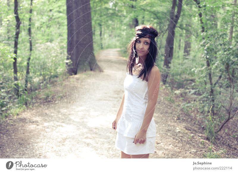 Mielikki feminin Junge Frau Jugendliche 1 Mensch 18-30 Jahre Erwachsene Natur Wald Kleid stehen warten braun grün Sommer weiß langhaarig schwarzhaarig Haarband