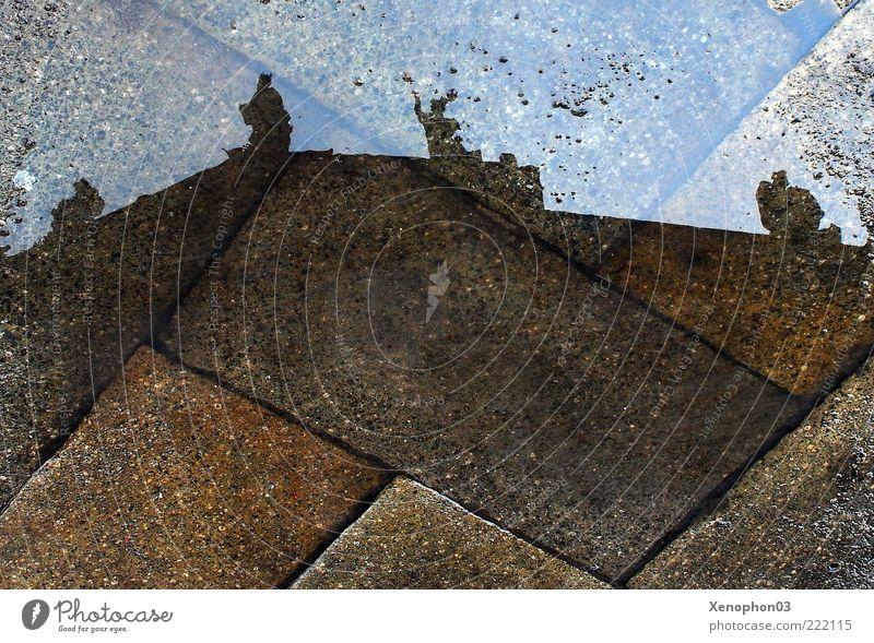 Spiegelung Skulptur Burg oder Schloss Architektur Fassade Dach Vergänglichkeit Pfütze Regen Perspektive Pflastersteine nass feucht Reflexion & Spiegelung