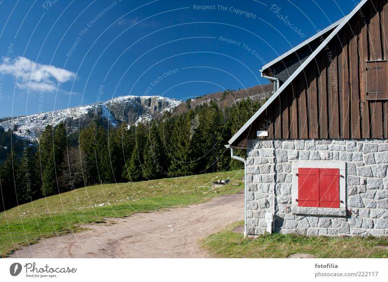 das rote fenster Natur Himmel Baum rot ruhig Haus Wolken Wald Schnee Wiese Wand Fenster Gras Berge u. Gebirge Mauer Landschaft