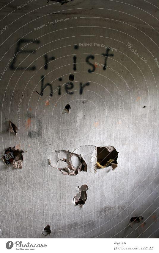 Wer ? Haus dunkel Wand Graffiti Gebäude Mauer Deutschland Raum Angst dreckig Fassade Schriftzeichen außergewöhnlich kaputt bedrohlich Buchstaben