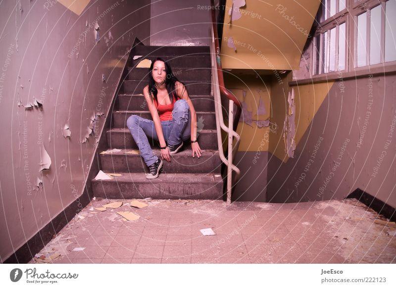 abhängen... Frau Jugendliche schön Leben feminin Gefühle Stil Traurigkeit warten Erwachsene sitzen Treppe Jeanshose Coolness kaputt