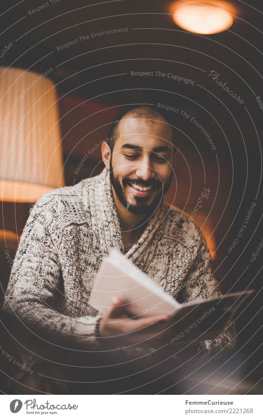 Urban young man (17) Lifestyle Stil maskulin Junger Mann Jugendliche Erwachsene Mensch 18-30 Jahre Erholung Freizeit & Hobby Café lesen Blick Speisekarte wählen