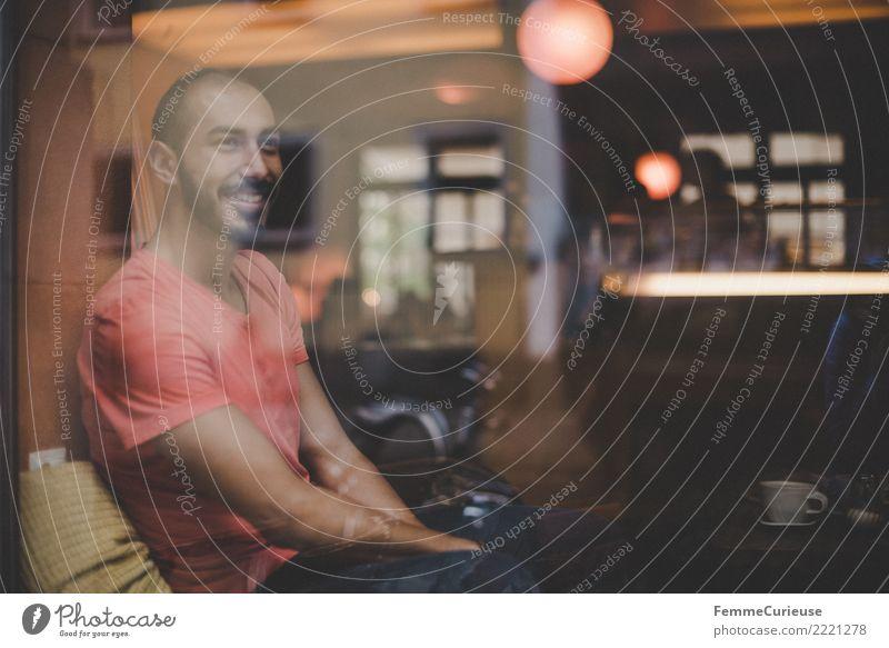 Urban young man (23) Mensch Jugendliche Mann Junger Mann Fenster 18-30 Jahre Erwachsene Lifestyle Stil maskulin träumen sitzen Lächeln T-Shirt Restaurant Café