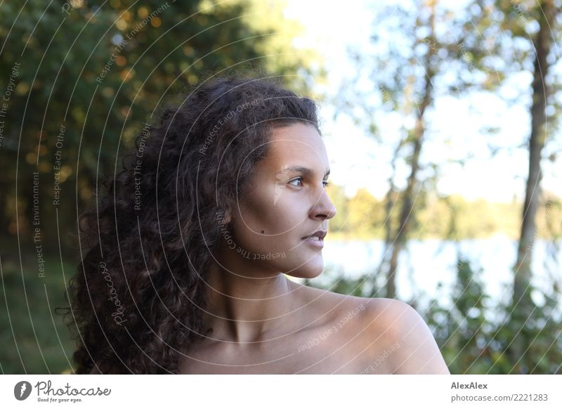 natürlich schön harmonisch Wohlgefühl Junge Frau Jugendliche Haare & Frisuren Gesicht 18-30 Jahre Erwachsene Landschaft Sommer Schönes Wetter Sträucher Seeufer