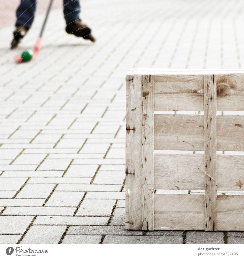 """""""Looos: Hau ihn … Freizeit & Hobby Spielen Sport Rollhockey Inline skates Rollschuhe Rollschuhfahren Hockeyschläger Hockeyspieler Pflastersteine Kiste Obstkiste"""