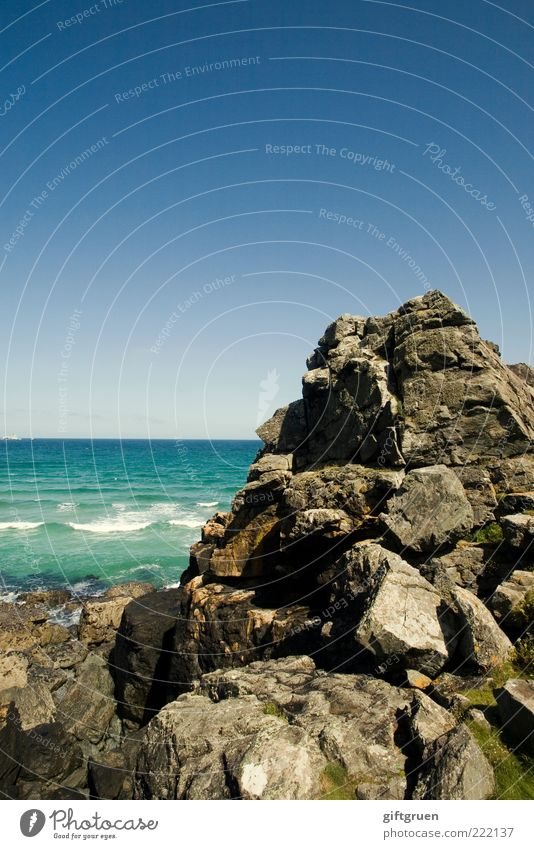 an ocean and a rock away Natur Wasser Himmel schön Meer Stein Landschaft Wellen Küste Umwelt Wetter Horizont Felsen natürlich Gipfel Urelemente