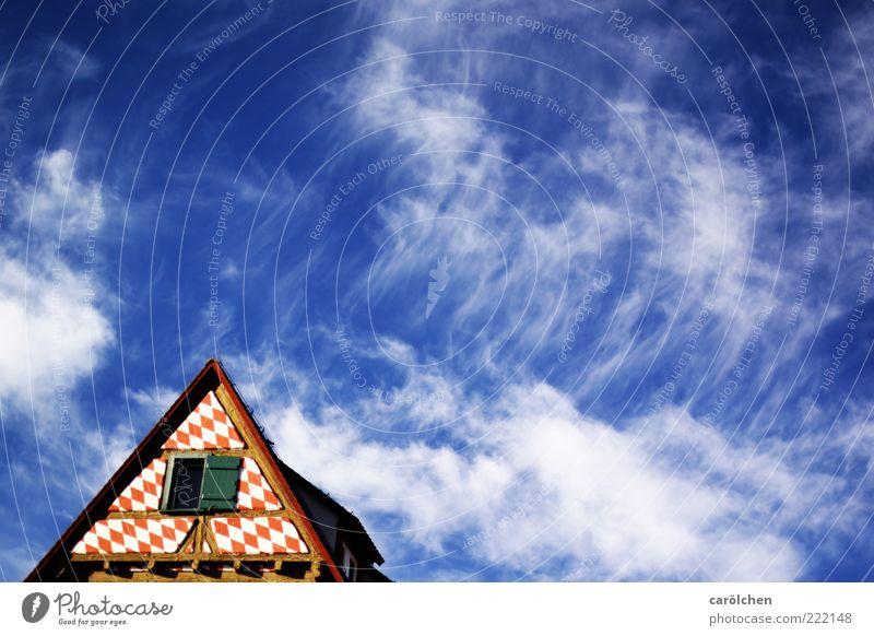 Himmel über Ulm (LT Ulm 14.11.10) Altstadt blau rot alt Fachwerkhaus Fachwerkfassade Dach Dachspitze Spitze Wolkenhimmel Farbfoto mehrfarbig Detailaufnahme