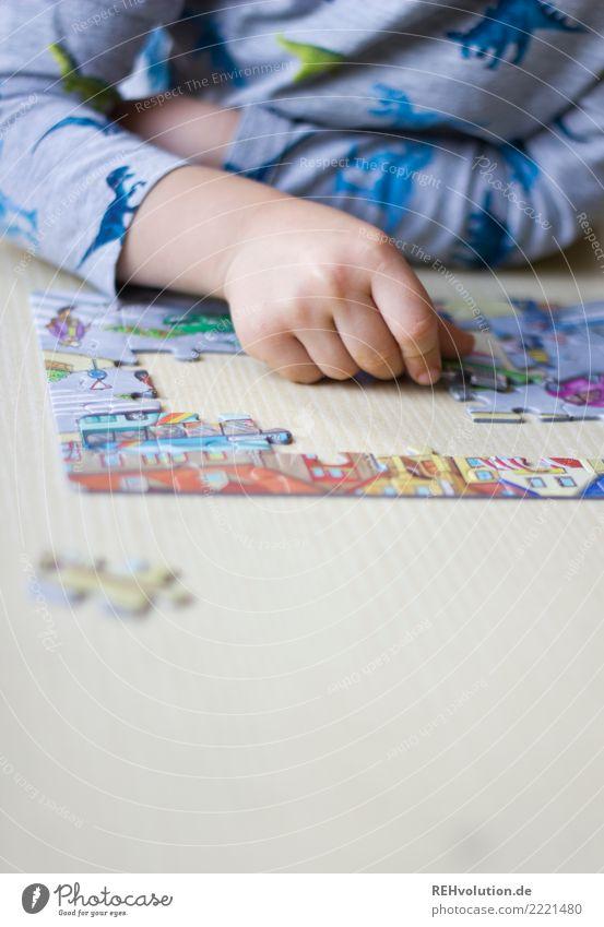 puzzeln Freizeit & Hobby Spielen Tisch Mensch Kind Hand 1 3-8 Jahre Kindheit Erfolg natürlich fleißig diszipliniert Ausdauer Ordnungsliebe Freude Langeweile