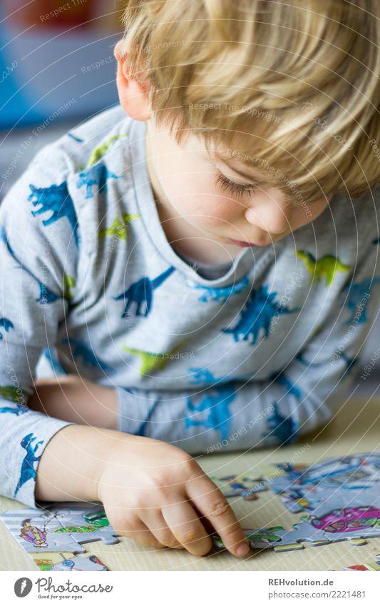 puzzeln Kind Mensch Hand Freude Gesicht natürlich Junge klein Spielen Denken Freizeit & Hobby Wohnung Häusliches Leben Ordnung authentisch lernen