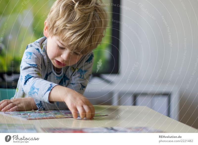 Junge puzzelt Kind Mensch Freude natürlich Spielen Haare & Frisuren Denken Häusliches Leben Wohnung Freizeit & Hobby Zufriedenheit Kindheit authentisch Tisch