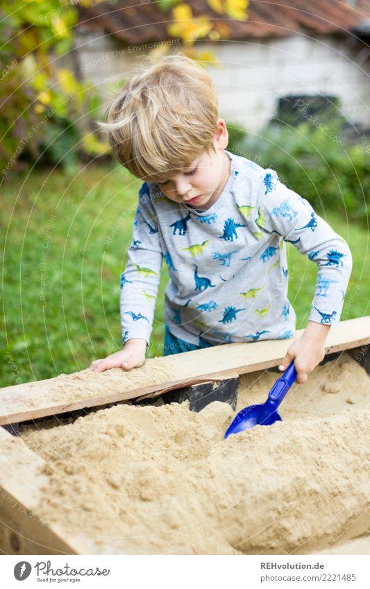kind am Sandspieltisch Freizeit & Hobby Spielen Garten Mensch feminin Kind Junge Familie & Verwandtschaft Kindheit 1 3-8 Jahre Spielplatz Holz authentisch klein