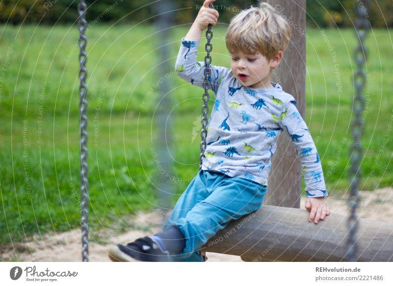 Kind auf dem Spielplatz Freizeit & Hobby Mensch Junge 1 3-8 Jahre Kindheit Natur Gras Wiese Bewegung Spielen authentisch klein natürlich Neugier grün Freude