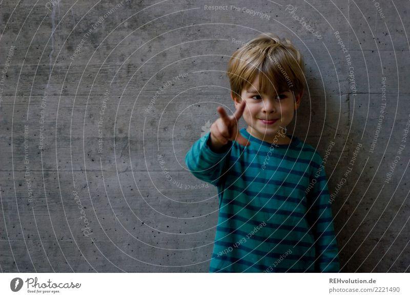 1-2-3 Mensch Kind Junge Kindheit 3-8 Jahre Beton Lächeln authentisch Coolness klein lustig natürlich niedlich Freude Fröhlichkeit Verschmitzt Streifen blond
