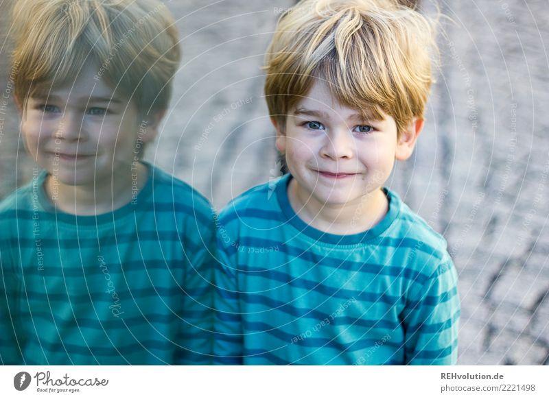 doppelt gewitzt Kind Mensch blau Stadt Freude natürlich Junge klein Glück Zufriedenheit Kindheit blond Lächeln authentisch Fröhlichkeit Lebensfreude