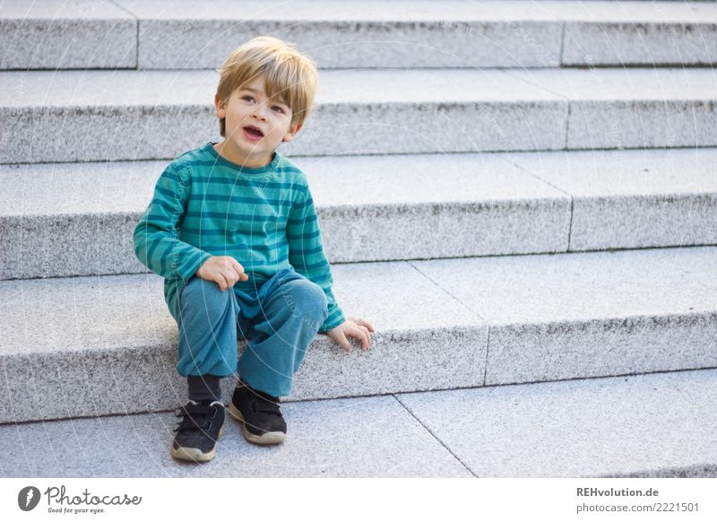 auf der treppe Kind Mensch Stadt grün ruhig natürlich Junge klein Zufriedenheit Treppe Kindheit sitzen authentisch warten Freundlichkeit Neugier