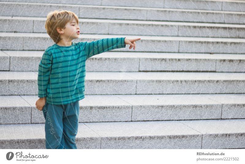 dahinten Mensch Kleinkind Junge Kindheit 1 3-8 Jahre Stadt Treppe blond beobachten authentisch klein natürlich grün zeigen deuten Hinweis Finger Zeigefinger