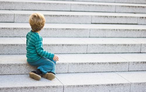 warten Mensch Kind Kleinkind Junge Kindheit 1 1-3 Jahre Stadt Treppe Pullover Turnschuh beobachten sitzen authentisch klein natürlich grau Sorge Sehnsucht