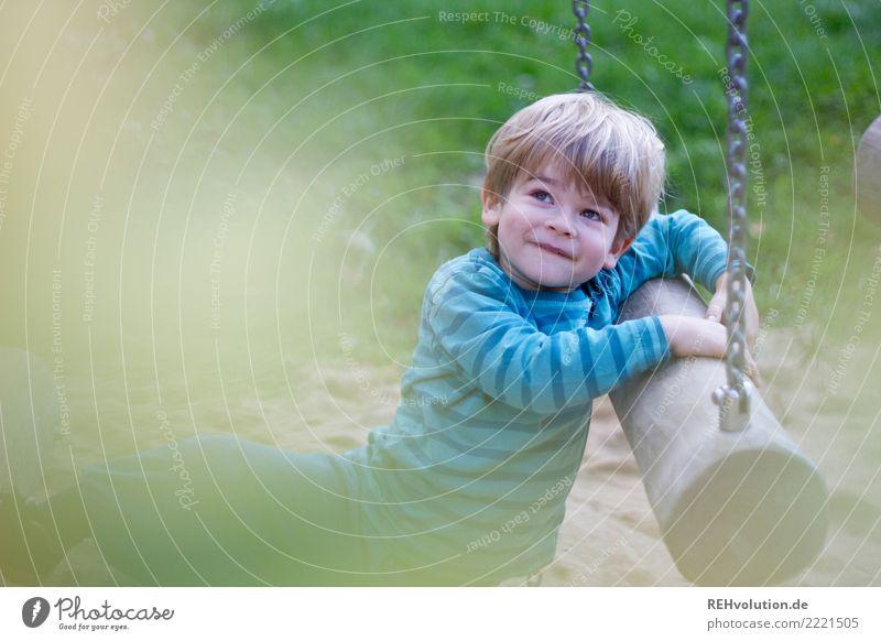 auf dem spielplatz Kind Mensch Natur Freude Umwelt Wiese natürlich Bewegung Junge klein Glück Spielen Freizeit & Hobby Zufriedenheit Kindheit blond