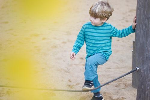 auf dem spielplatz Kind Mensch Freude gelb Bewegung Junge klein Spielen Sand Freizeit & Hobby Kindheit authentisch Beginn Sicherheit Vertrauen türkis