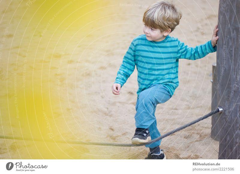 kind auf dem spielplatz Freizeit & Hobby Spielen Kind Junge 1 Mensch 3-8 Jahre Kindheit Spielplatz Sand Bewegung authentisch klein gelb türkis Freude