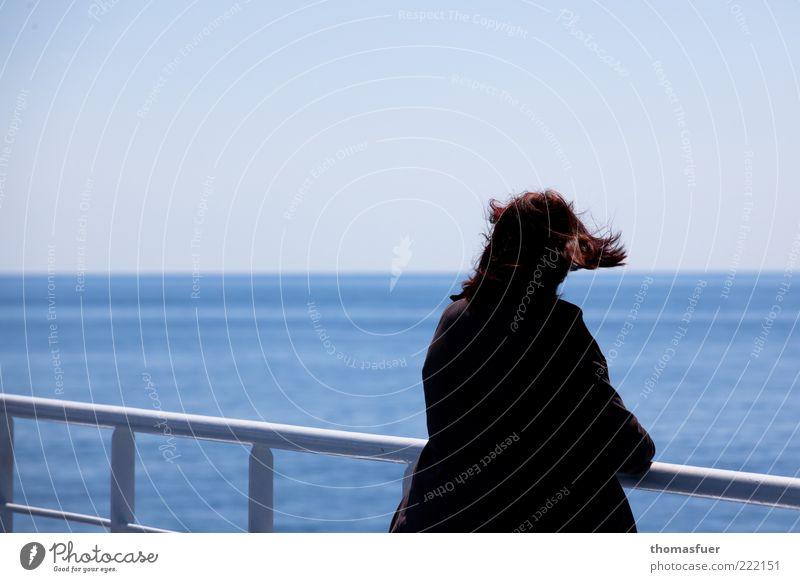 Abschied Mensch Frau blau Ferien & Urlaub & Reisen Sommer Meer Einsamkeit Erwachsene Ferne Freiheit Haare & Frisuren Traurigkeit träumen Horizont Wind stehen