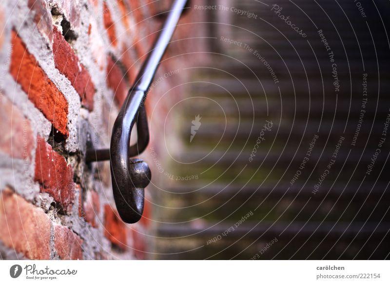 Geländer (LT Ulm 14.11.10) grün rot Wand Mauer glänzend Treppe Backstein aufwärts Griff Treppengeländer gekrümmt Backsteinwand