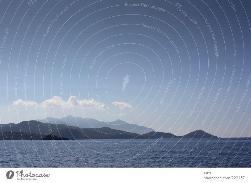 wo das land ins meer fällt [beyond the sea 27] Natur Wasser Himmel Meer Sommer ruhig Wolken Ferne Berge u. Gebirge Freiheit Landschaft Küste Wellen Insel Klima Hügel