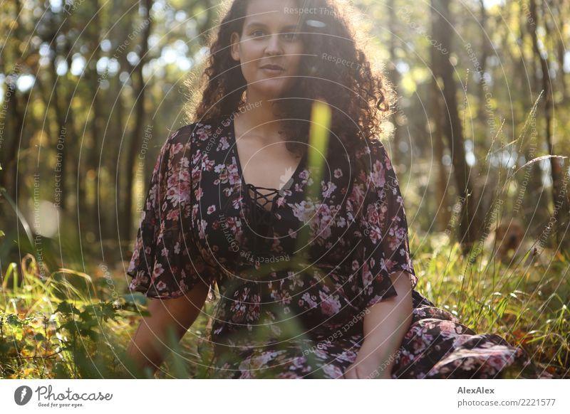 Flora auf der Lichtung II schön Wellness Wohlgefühl Junge Frau Jugendliche 18-30 Jahre Erwachsene Natur Sommer Herbst Gras Waldlichtung Kleid brünett langhaarig